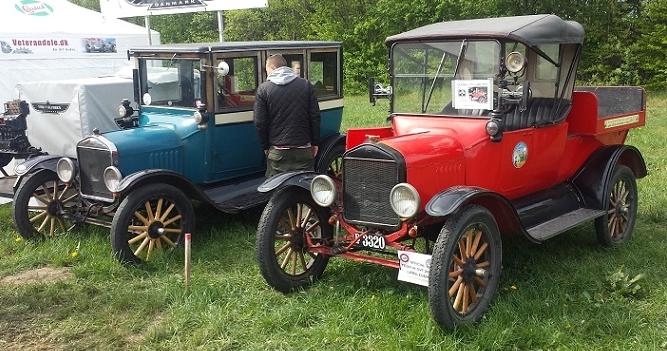Ford T Touring 1921 og 1922. Den ene ombygget sidst i 1920'erne til lukket 4 dørs karosseri. Den anden ombygget til Roadster Pick-up og som sådan benyttet i filmen 'Dyrlægens Plejebørn' fra 1968.