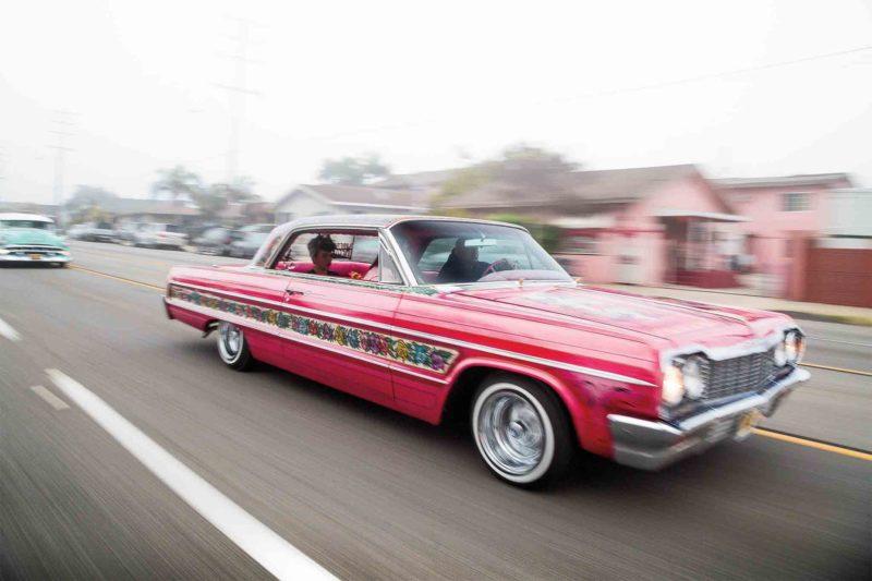 1964 Chevrolet Impala coupe. The Gypsy Rose. Ombygget til lowrider af Jesse Valadez da bilen var ny. Bilen er i dag bevaret urestaureret.