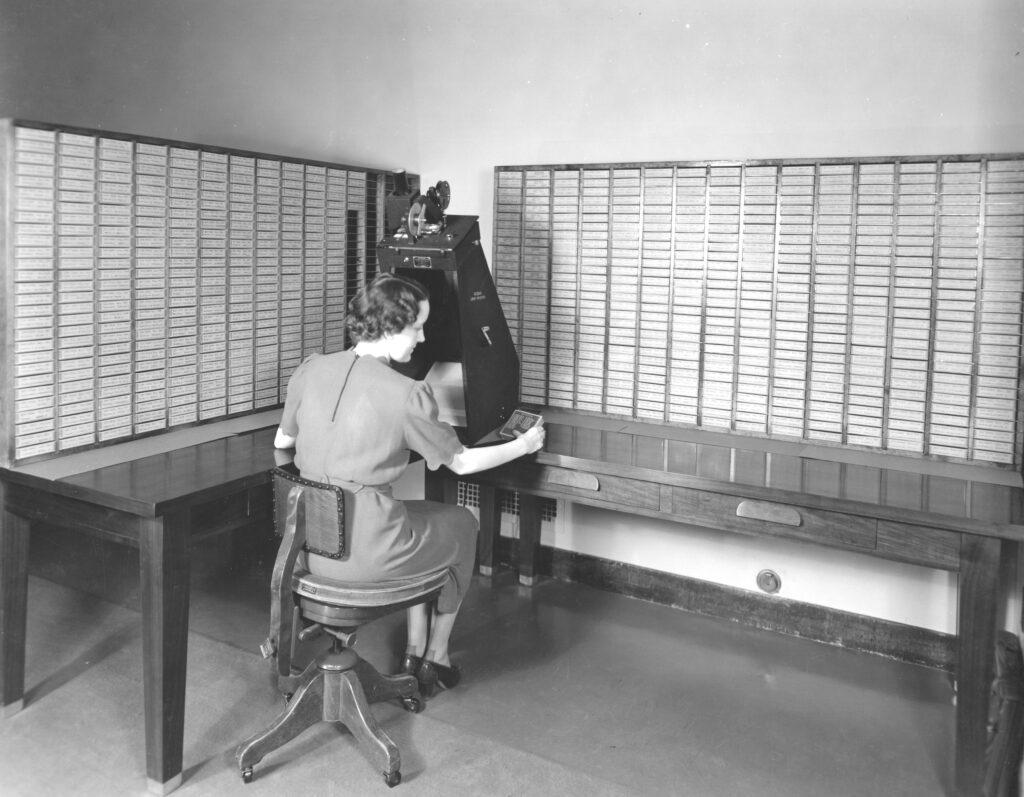 Opbevaring af data om de danskregistrerede køretøjer, er heldigvis kommet videre end papirarkiver og mikrofilm, men overgang i 2012 til digitale medier skaber i dag fortsat store udfordringer